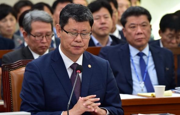 굳은 표정 짓는 김연철 통일부 장관