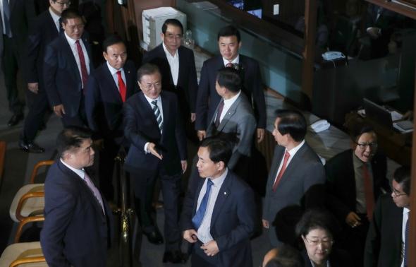 한국당 의원들에게 손 내미는 문재인 대통령