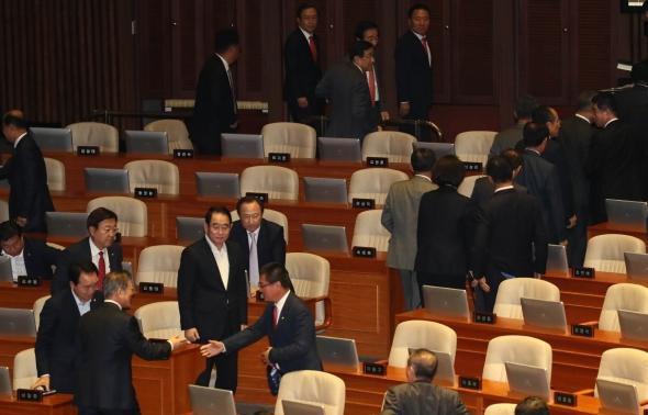 문재인 대통령에 등 돌린 자유한국당 의원들