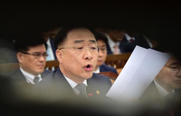 기재부 종합국감 답변하는 홍남기 경제부총리