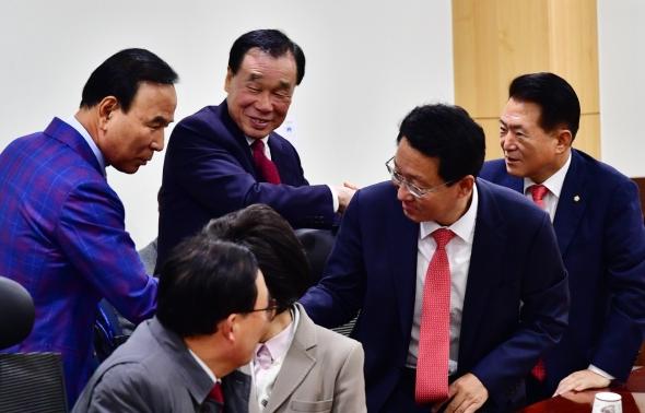 인사 나누는 자유한국당 재선의원들