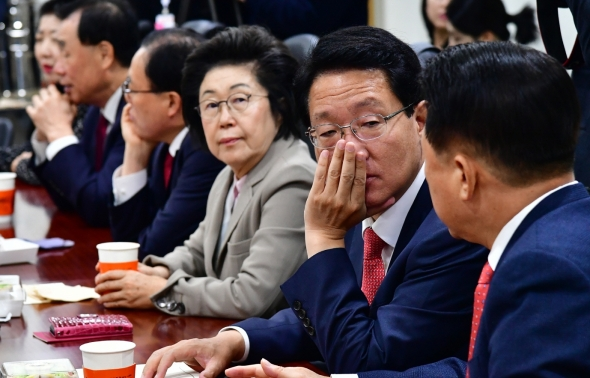 긴급 간담회 갖는 자유한국당 재선 의원들