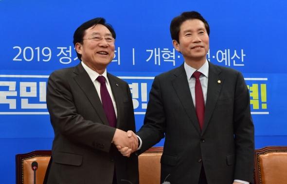 악수 나누는 이인영 원내대표와 김기문 중기중앙회장