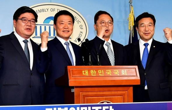 더불어민주당 입당  '파이팅' 외치는 김용진-김학민-황인성
