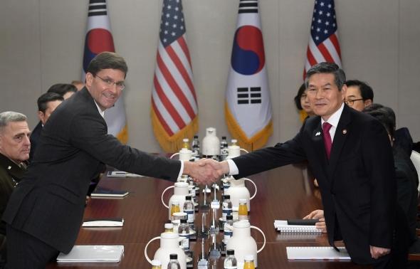 손잡는 정경두-마크 에스퍼 한미 국방부 장관
