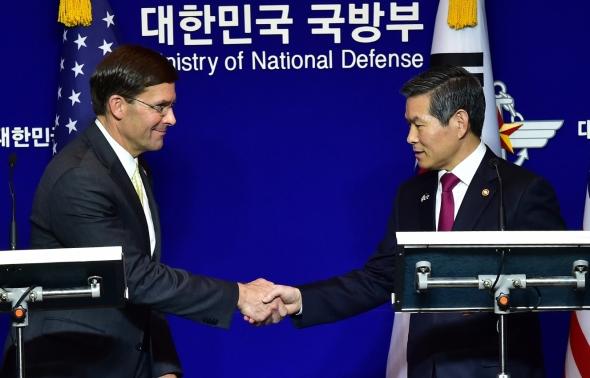 공동 기자회견 악수하는 한미 국방부 장관