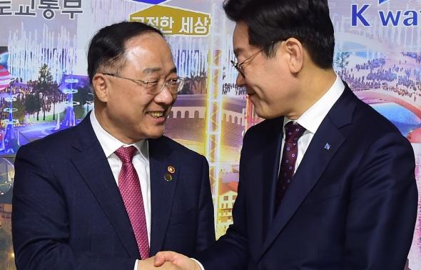 손잡은 홍남기-이재명