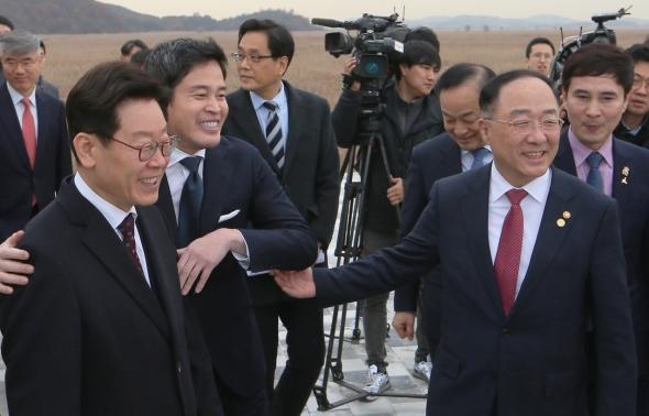 홍남기-이재명-정용진 '화기애애'