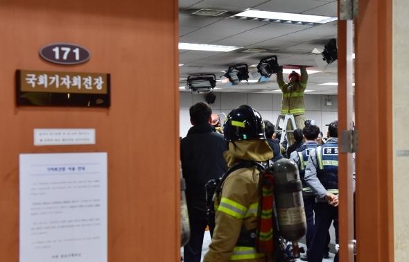 국회 기자실 화재 발화점 찾는 소방관들