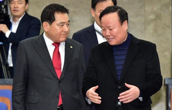 논의하는 심재철-김재원