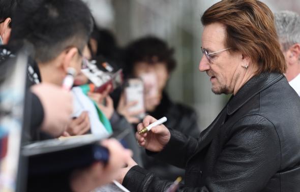 U2 보노, 사인요청 은쾌히 수락~