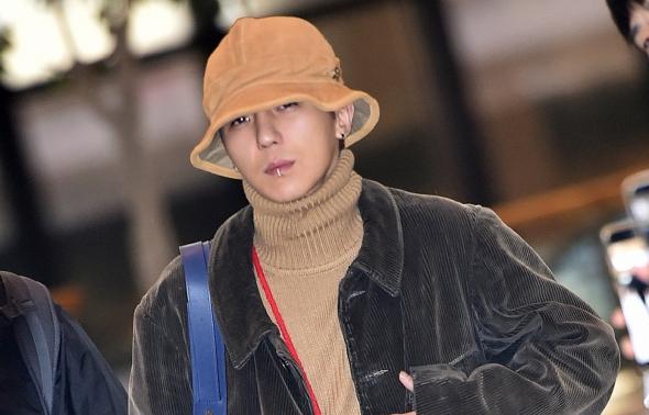위너 송민호, 공항에서 화보 촬영?