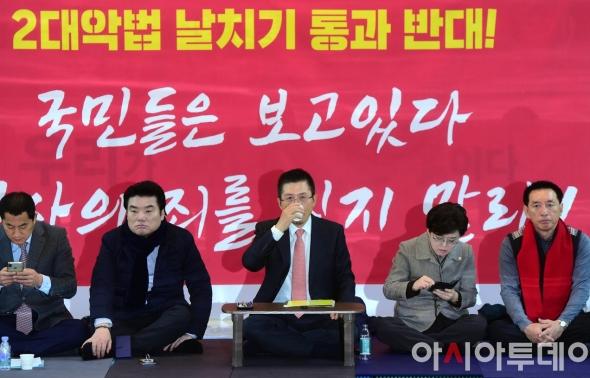 황교안, '2대악법 날치기 통과 반대' 농성중
