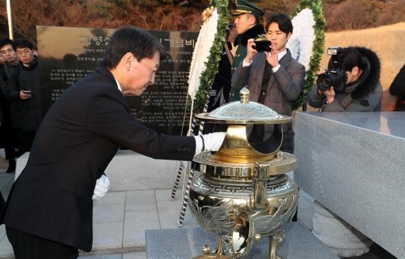 김영삼 전 대통령 묘소 참배하는 안철수
