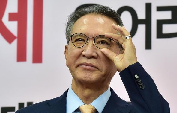 안경 고쳐쓰는 김형오 공천관리위원장