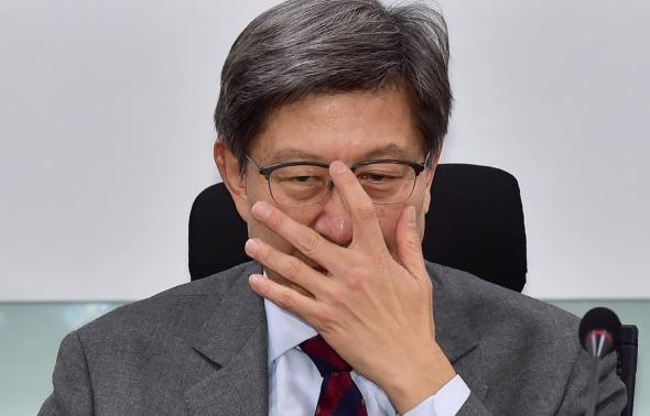 굳은 표정 짓는 박형준 혁통위원장