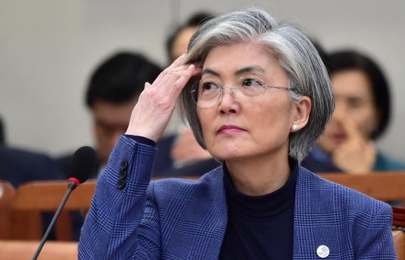 머리 넘기는 강경화 외교부 장관