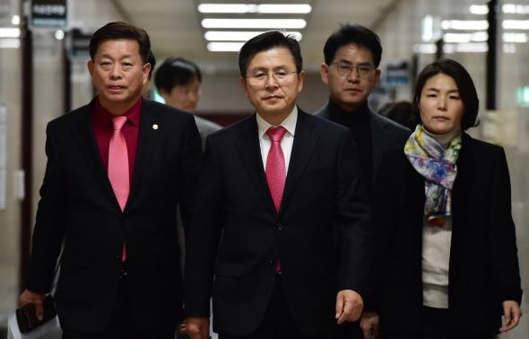 긴급 기자회견장 향하는 황교안 대표