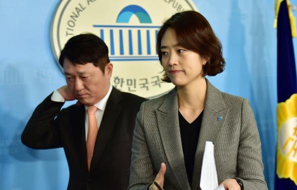 기자회견장 나서는 고민정-최재성