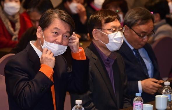 마스크 착용하는 안철수