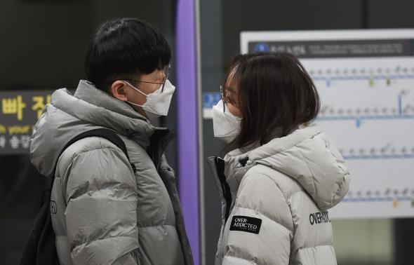 마스크 쓴 연인 '입 맞춤 대신 눈 맞춤'