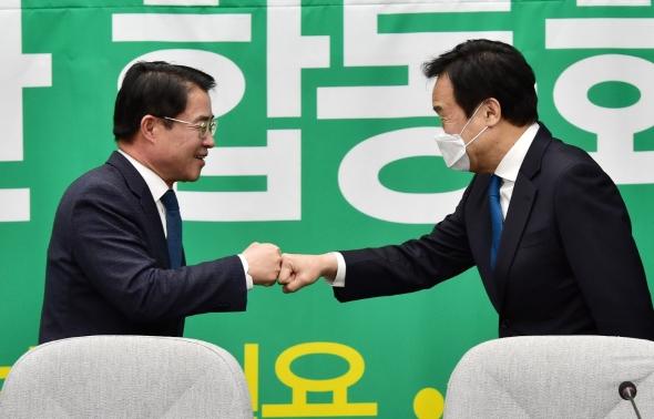 손학규-최경환 '주먹 인사'