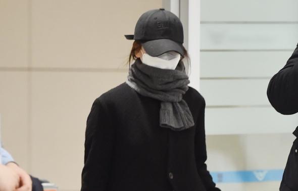 송혜교, 코트에 가방 든 공항패션