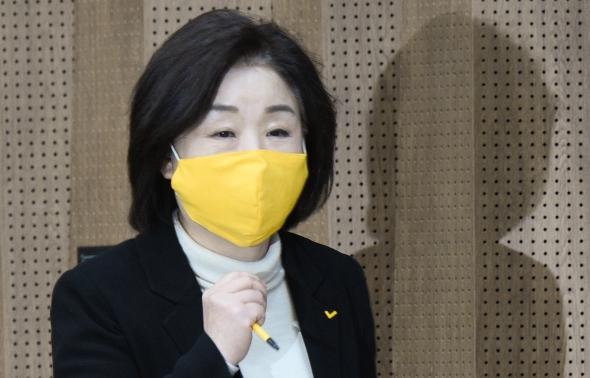 노란 마스크 쓰고 나온 심상정 대표