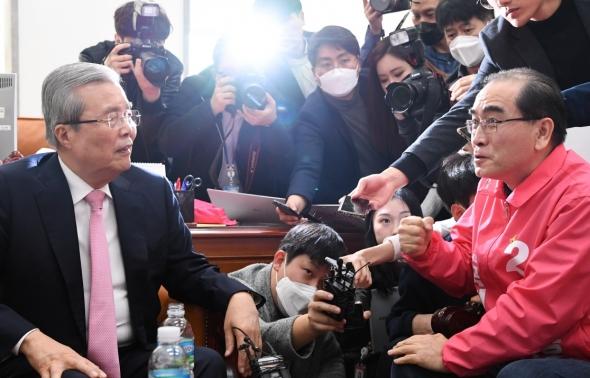 태영호 후보 접견하는 김종인 총괄선대위원장