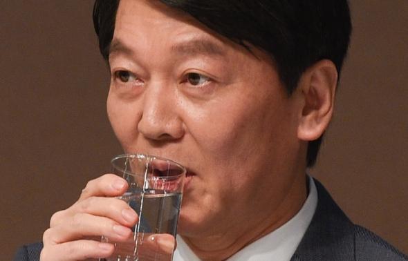 물 마시는 안철수