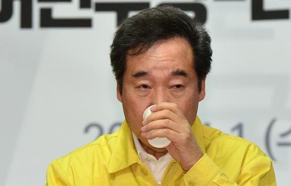 물 마시는 이낙연 민주당 상임선대위원장
