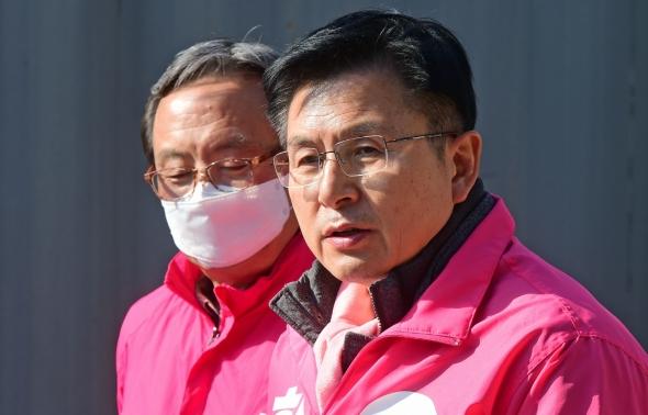 긴급재난지원금 관련 대국민브리핑하는 황교안