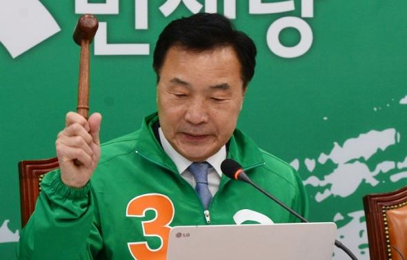 의사봉 두드리는 손학규 상임선대위원장