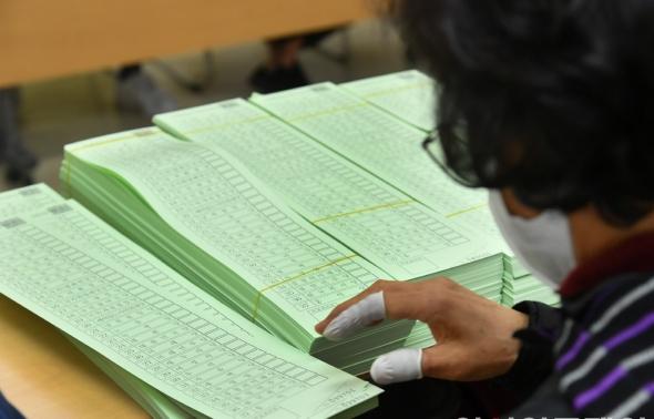 투표용지 검수하는 영등포선관위
