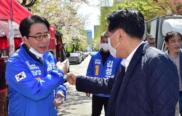 지지 호소하는 김성곤 민주당 강남갑 후보
