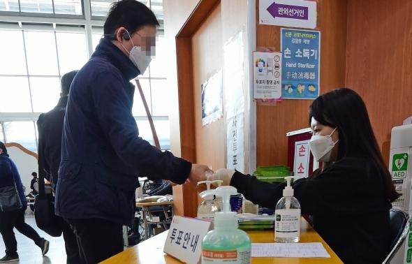 사전투표소에 비치된 손소독제와 위생장갑