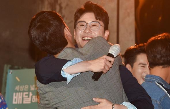 포옹하는 영탁-박기웅 '고향 선후배 사이'