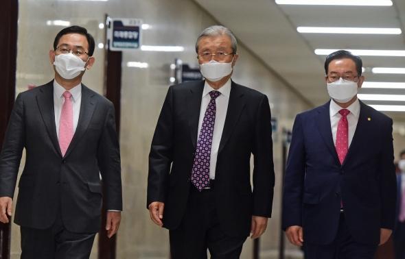 김종인, 첫 비대위 회의 참석