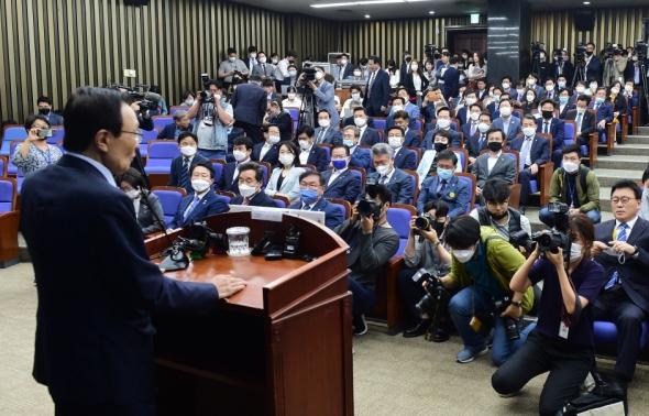 21대 국회 첫 의원총회 참석한 민주당 의원들