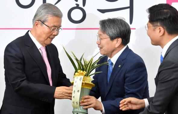 대통령 축하난 받는 김종인 비대위원장