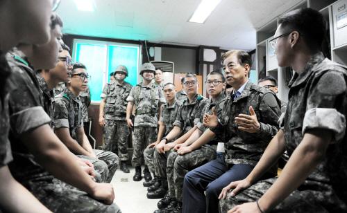 9사단 장병들 격려하는 한민구 국방부 장관