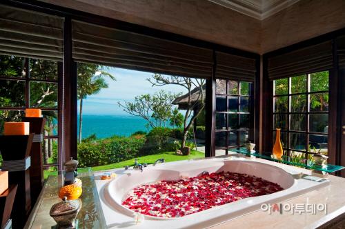AYANA Ocean front Cliff Villa Bathroom