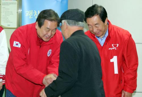 <총선> 김무성, '지하철역 인사'<YONHAP NO-0531>