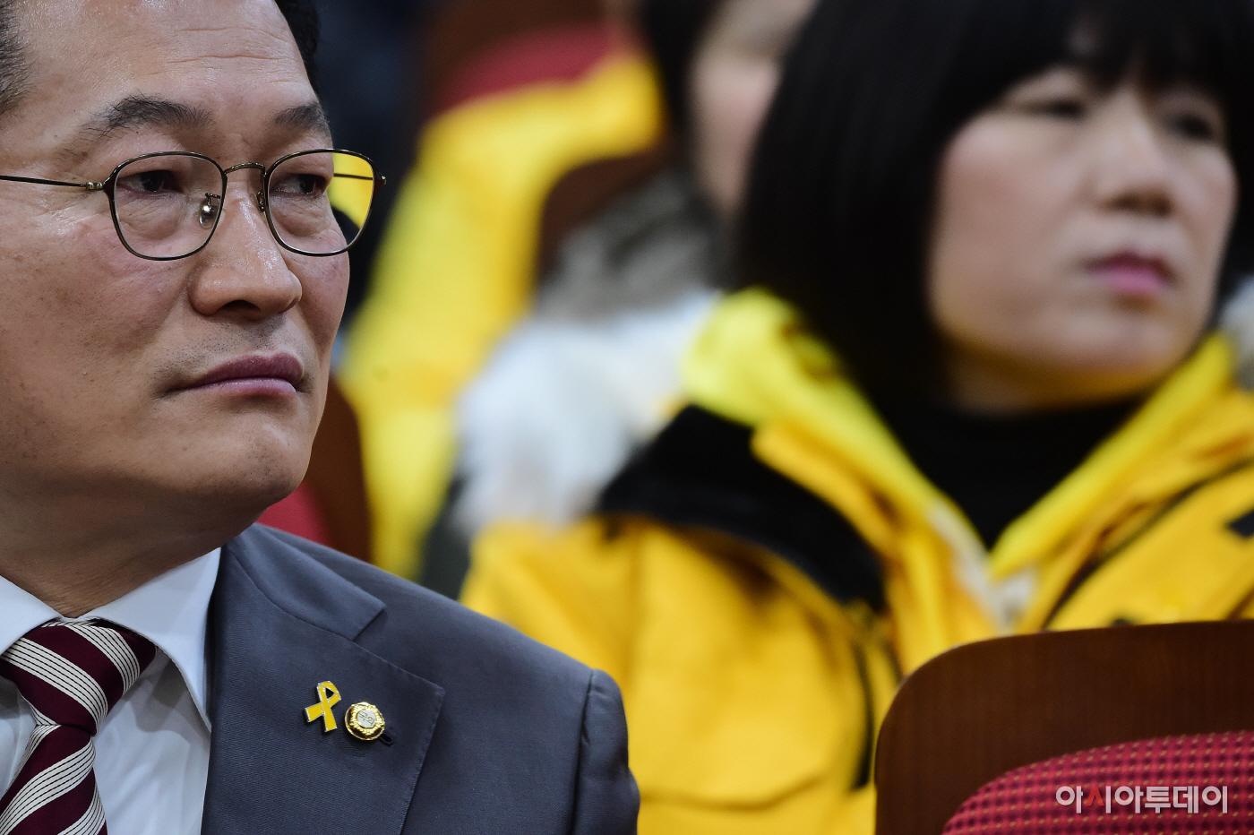 포토세월호 뱃지와 국회의원 뱃지 - 아시아투데이