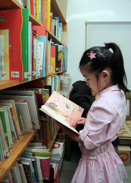 한우리_책 읽는 여자아이 사진 (1)