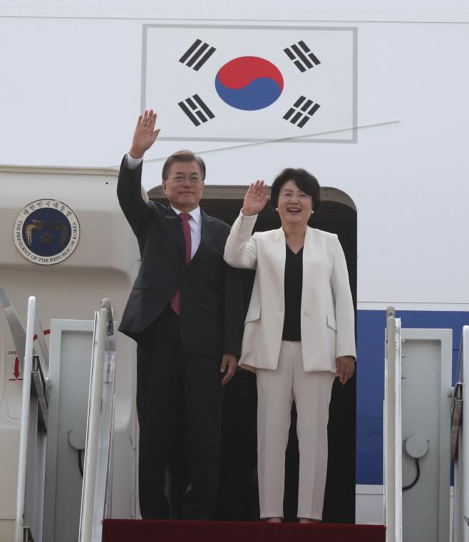 문재인  대통령, G20 참석차 출국<YONHAP NO-1089>