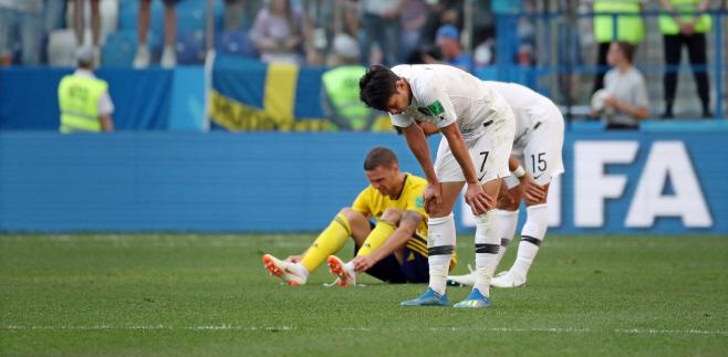 [월드컵] 0-1 패배에 아쉬워하는 한국 선수들<YONHAP NO-1289>