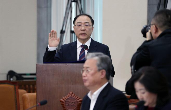 선서하는 홍남기 후보자<YONHAP NO-3056>