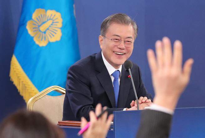 '질문권'을 얻기 위한 공세에 미소짓는 문 대통령
