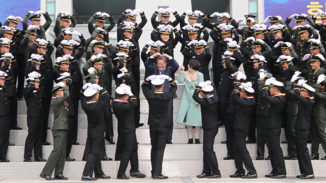 문 대통령, 해군사관학교 졸업